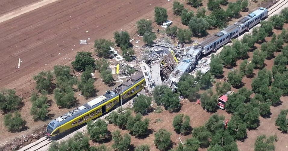 12.jul.2016 - Dois trens se colidiram em uma ferrovia na região entre as cidades de Corato e Andria, na Itália