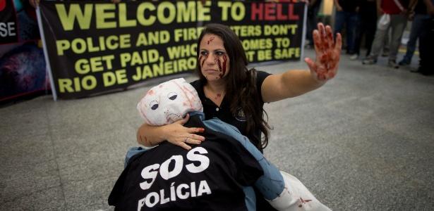 Faixa criada por movimento de policiais saúda a chegada de passageiros no Galeão. Grupo realizou duas manifestações e conseguiu espaço na mídia internacional