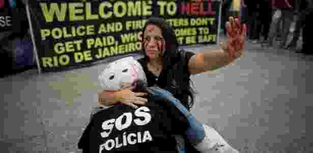 4.jul.2016 - Policiais civis, PMs e bombeiros do Estado do Rio fazem protesto no Galeão - Márcia Foletto/Agência O Globo