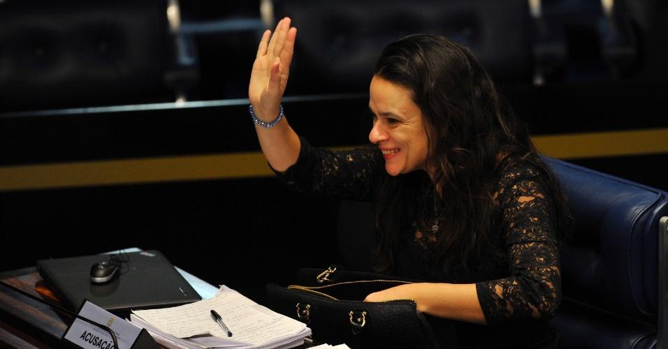 29.ago.2016 - A jurista Janaína Paschoal, uma das autoras do processo de impeachment de Dilma Rousseff, acompanha a sessão no Senado, em Brasília, onde acontece a defesa da presidente afastada