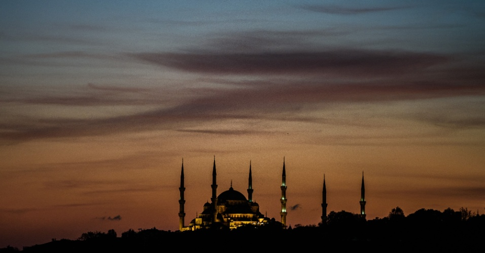 26.out.2016 - Silhueta da Mesquita do Sultão Ahmed vista durante o pôr do sol em Istambul, na Turquia