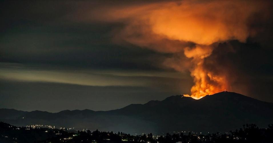 Parece vulcão, mas não é: a imagem retrata incêndios florestais na Califórnia, nos Estados Unidos, em 2013