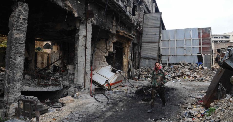 17.dez.2016 - Homem caminha pelas ruas de Aleppo, na Síria. Ainda restam 40 mil civis e entre 1.500 e 5.000 combatentes no último reduto rebelde em Aleppo, segundo a ONU