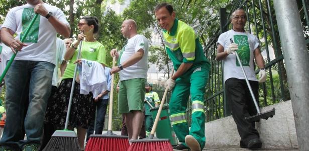 7.jan.2017 - O prefeito de São Paulo, João Doria (PSDB), vestiu-se de gari e varreu parte de avenida