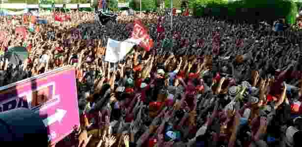 Multidão acompanha discursos dos ex-presidentes Lula e Dilma - Beto Macário/UOL