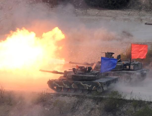 26.abr.2017 - Tanque sul-coreano K1A2 (azul) e norte-americano M1A2 (vermelho) disparam durante exercício militar conjunto em Pocheon, Coreia do Sul