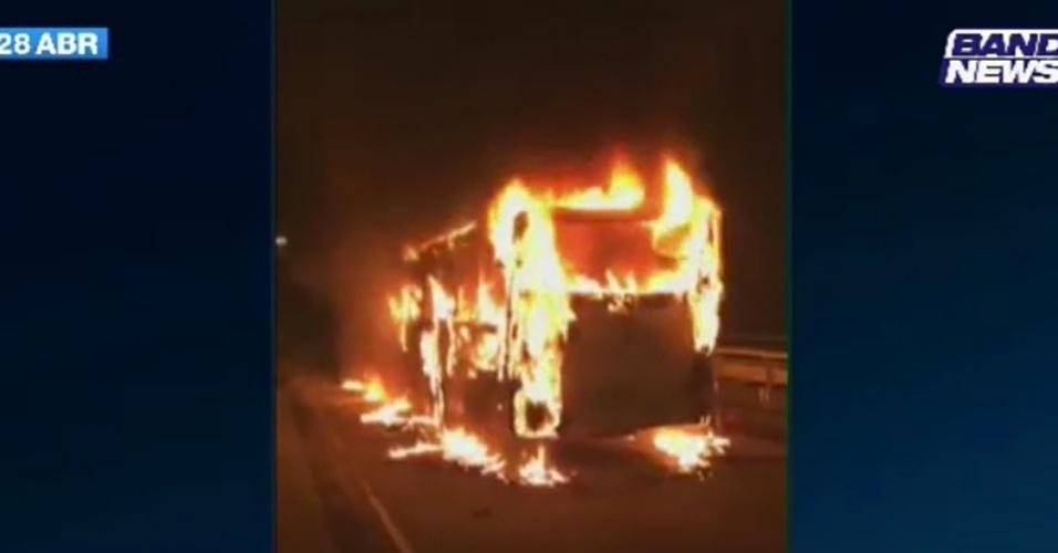 28.abr.2017 - Manifestantes colocaram fogo em um ônibus no centro do Rio de Janeiro no final da tarde desta sexta-feira durante protesto contra as reformas da Previdência e trabalhista