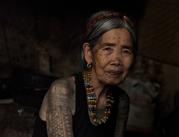 Maria Fang-od Oggay em sua casa no vilarejo de Buscalan, nas Filipinas