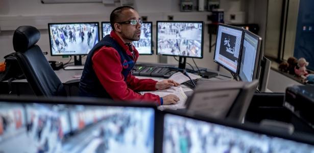 Funcionário do sistema de metrô de Londres monitora câmeras de segurança, que estão espalhadas por todo o Reino Unido