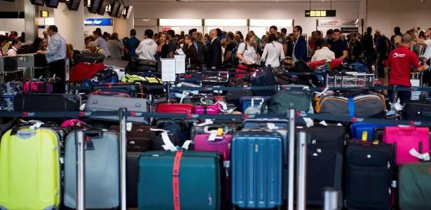 Bagagens são dispostas na área de check-in do aeroporto de Bruxelas, na Bélgica