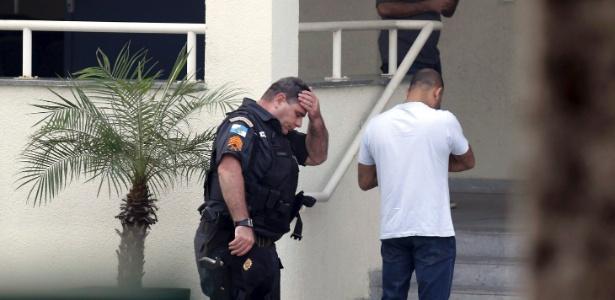 Policial militar se lamenta ao levar colega preso no Rio
