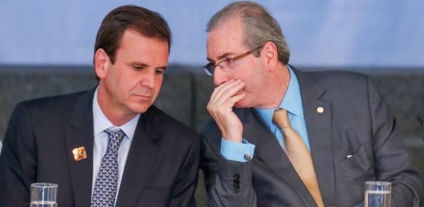 17.jun.2015 - Então prefeito do Rio Eduardo Paes (e) conversa com o então deputado federal Eduardo Cunha durante encontro de prefeitos em Brasília