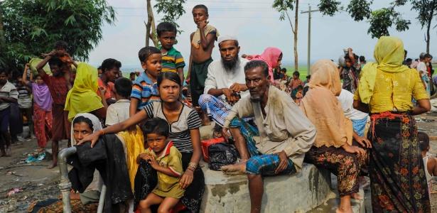 5.set.2017 - Refugiados rohingya aguardam logo após cruzar a fronteira entre Mianmar e Bangladesh, do lado bengali
