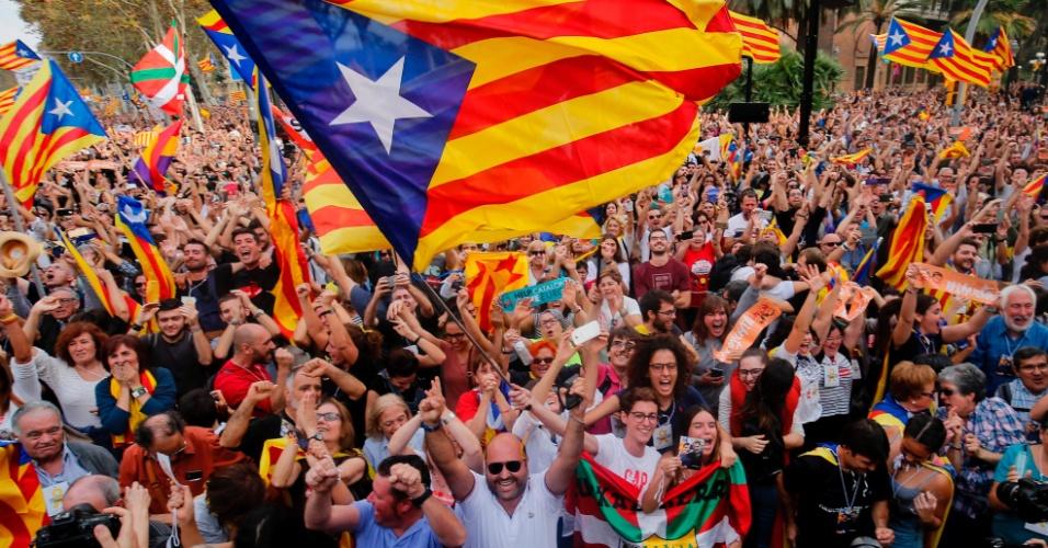 27.out.2017 -  Pessoas celebram a aprovação de declaração de independência catalã da Espanha, em Barcelona