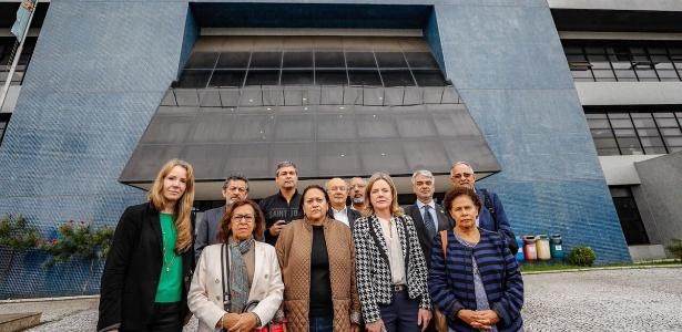17.abr.2018 - Comissão de Direitos Humanos do Senado durante diligência nas dependências da Superintendência da PF de Curitiba - Ricardo Stuckert/Twitter - @LulapeloBrasil