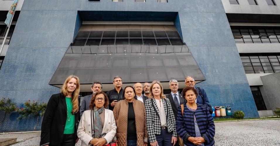 17.abr.2018 - Comissão de Direitos Humanos do Senado durante diligência nas dependências da Superintendência da PF de Curitiba na prisão do ex-presidente Lula