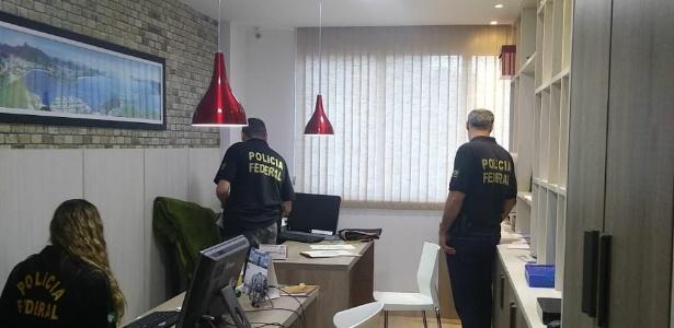 Agentes da PF cumprem mandado de busca e apreensão da Operação Efeito Dominó