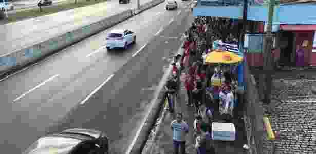 Ponto de ônibus fica lotado em Natal após coletivos serem recolhidos por falta de segurança - Wendell Jefersson / Via Certa Natal