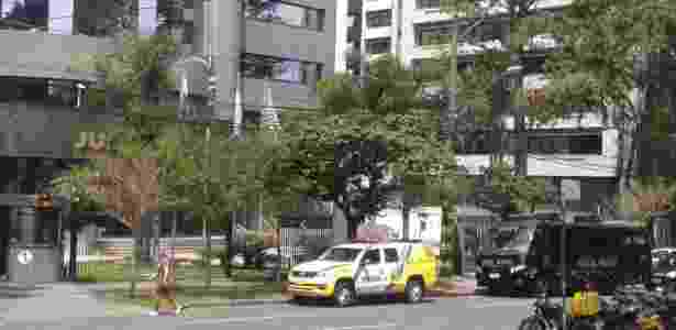 13.nov.2018 - Carros da Polícia Militar já se posicionam em frente ao prédio da Justiça Federal em Curitiba um dia antes do interrogatório do ex-presidente Lula no processo da Operação Lava Jato sobre o sítio de Atibaia - Nathan Lopes/UOL - Nathan Lopes/UOL
