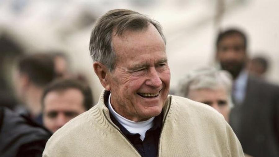 """Bush assinava cartas apenas como """"George Walker"""", escondendo sua identidade durante 10 anos em que ajudou criança filipina - Getty Images"""