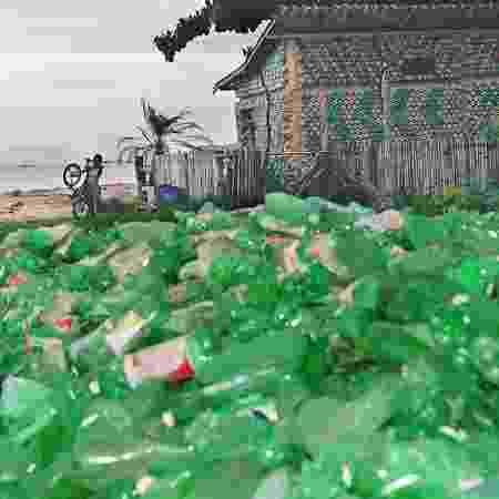 Garrafas de plástico descartável recolhidas na praia da Piedade, na baía de Guanabara, em Magé (RJ) - Ana Carolina Fernandes/Folhapress