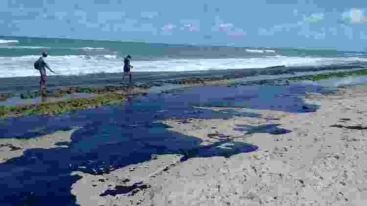 Extensa mancha de óleo é vista na praia do Pontal do Peba, vizinha à foz do Rio São Francisco em AL - Simone Santos/ Projeto Praia Limpa