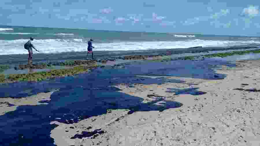 Extensa mancha de óleo é vista na praia do Pontal do Peba, vizinha à foz do rio São Francisco em Alagoas - Simone Santos/ Projeto Praia Limpa