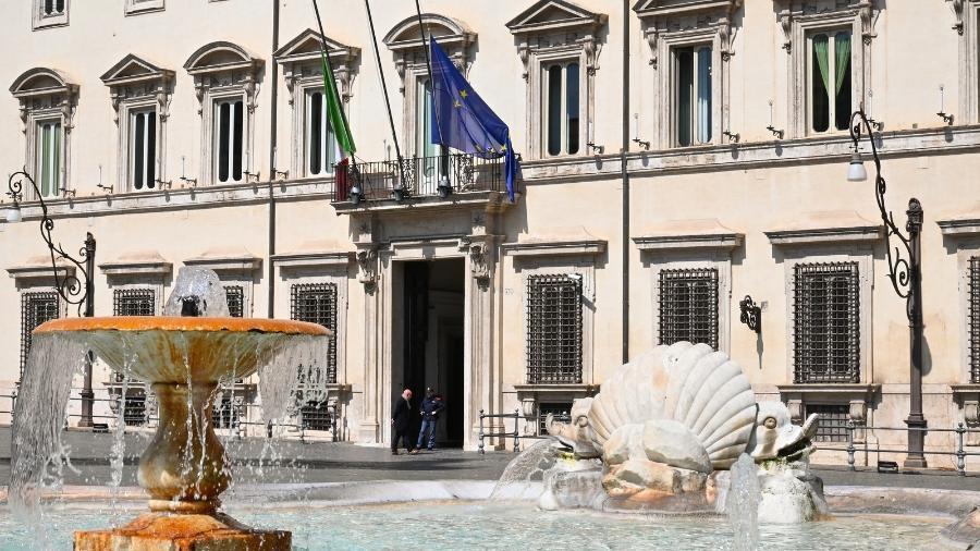 Bandeiras da Itália em edifícios públicos foram colocadas a meio-mastro para homenagear os milhares de mortos pelo novo coronavírus  - Andreas Solaro/AFP
