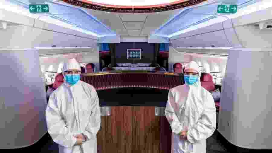 Tripulação da Qatar Airways usará traje especial de proteção em voos - divulgação/Qatar Airways