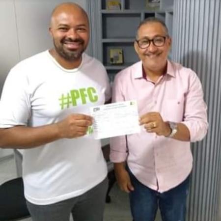 Foto postada por Pedro Teodoro em seu perfil oficial no Facebook, em 17 de junho, na ocasião de sua filiação ao PSL, junto com o presidente da sigla na região, Delcimar Oliveira - Reprodução