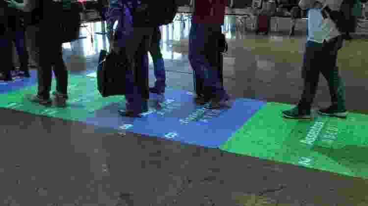 Tapete Azul, que projeta no chão as fileiras do avião para embarque - na foto, tapete ainda antes de mudanças por causa da covid-19 - Divulgação - Divulgação