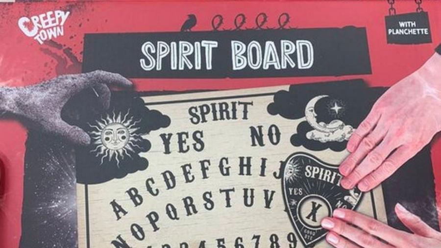 """Imagem de tabuleiro ouija, instrumento que seria capaz de """"conjurar demônios"""" - Reprodução/Twitter/@miasmamy"""