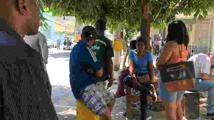 Família de Marcos Paulo Luiz aguarda por liberação de corpo e de documentos em frente ao hospital - Herculano Barreto Filho/UOL - Herculano Barreto Filho/UOL