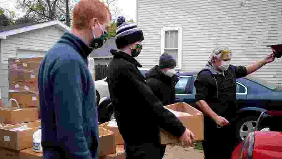 Voluntários preparam doação de alimentos para entrega no estado do Wisconsin, Estados Unidos - REUTERS/Gabriela Bhaskar