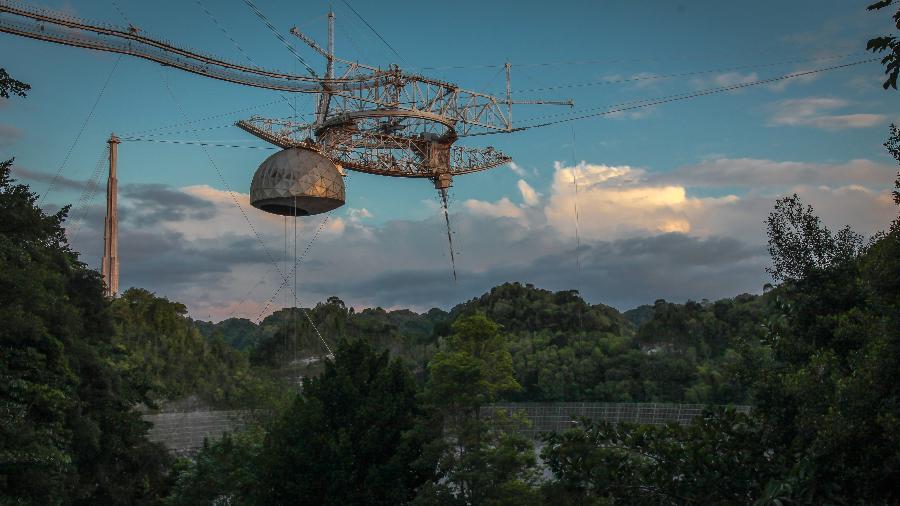 Parte do telescópio de 305m do Observatório de Arecibo caiu durante a noite de ontem - National Science Foundation