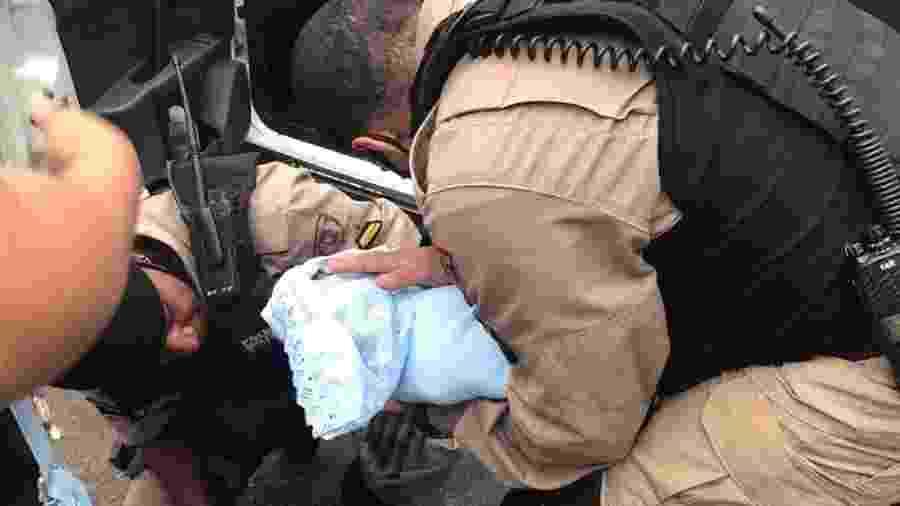 Policiais militares salvam recém-nascido sufocado no centro de Belo Horizonte - Polícia Militar de MG/Divulgação