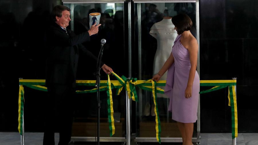 O presidente Jair Bolsonaro (sem partido) e a primeira-dama Michelle Bolsonaro participam da abertura da exposição das roupas usadas na posse, em 2019 - Gabriela Biló/Estadão Conteúdo