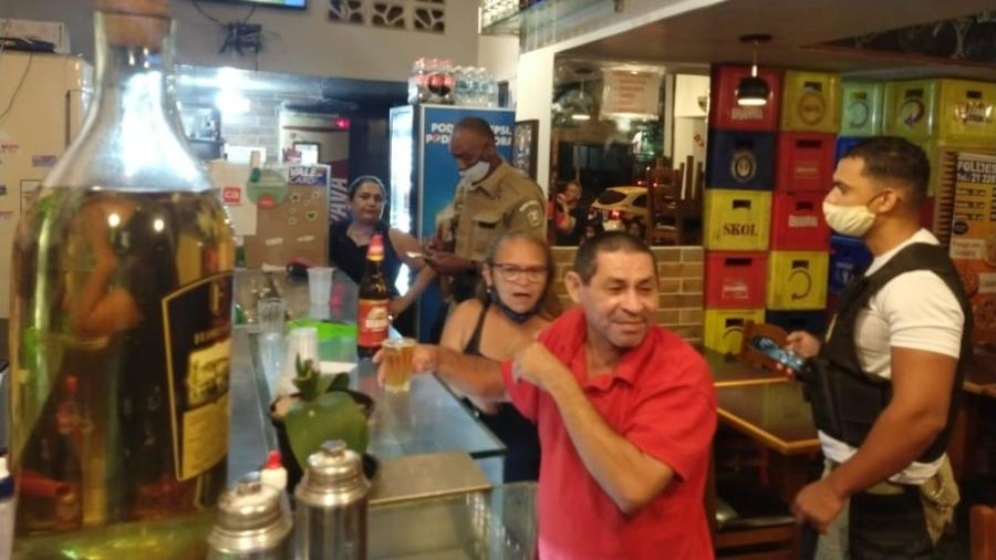 5.mar.2021 - Guarda municipal autuou bar na Rua Souza Lima, em Copacabana, zona sul do Rio, que descumpriu restrições que limitaram funcionamento dos estabelecimentos até as 20h - Reprodução