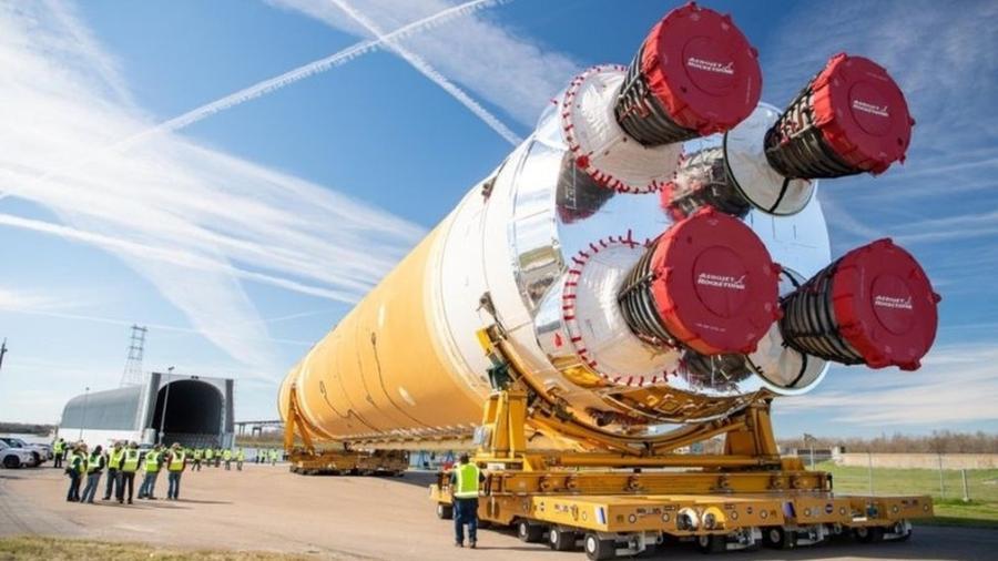 Foguete SLS sendo transportado de Nova Orleans para o Mississippi para testes - Nasa via BBC