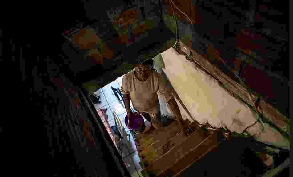 Quando criança, Maria Cristina da Silva caminhava todos os dias pelos campos secos da sua Paraíba natal para buscar água no açude de Alagoa Grande. Hoje, aos 42 anos, mãe de três filhos e avó, revive na crise hídrica de São Paulo a rotina aprendida na infância na seca nordestina - Eduardo Anizelli/Folhapress