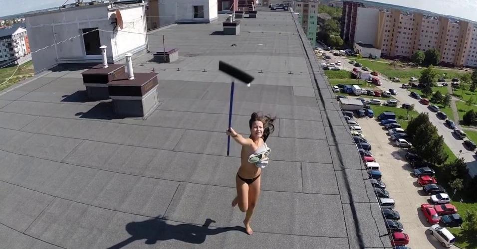 Flagrar mulher fazendo topless no alto do prédio - No início, as imagens feitas pelo drone mostram apenas a frente de um prédio. Em poucos segundos, o drone vai até o topo do edifício e flagra uma mulher fazendo topless. Ela não gosta nada de ter sua privacidade invadida, pega uma vassoura e tentar derrubar o drone. O vídeo fez sucesso no Youtube