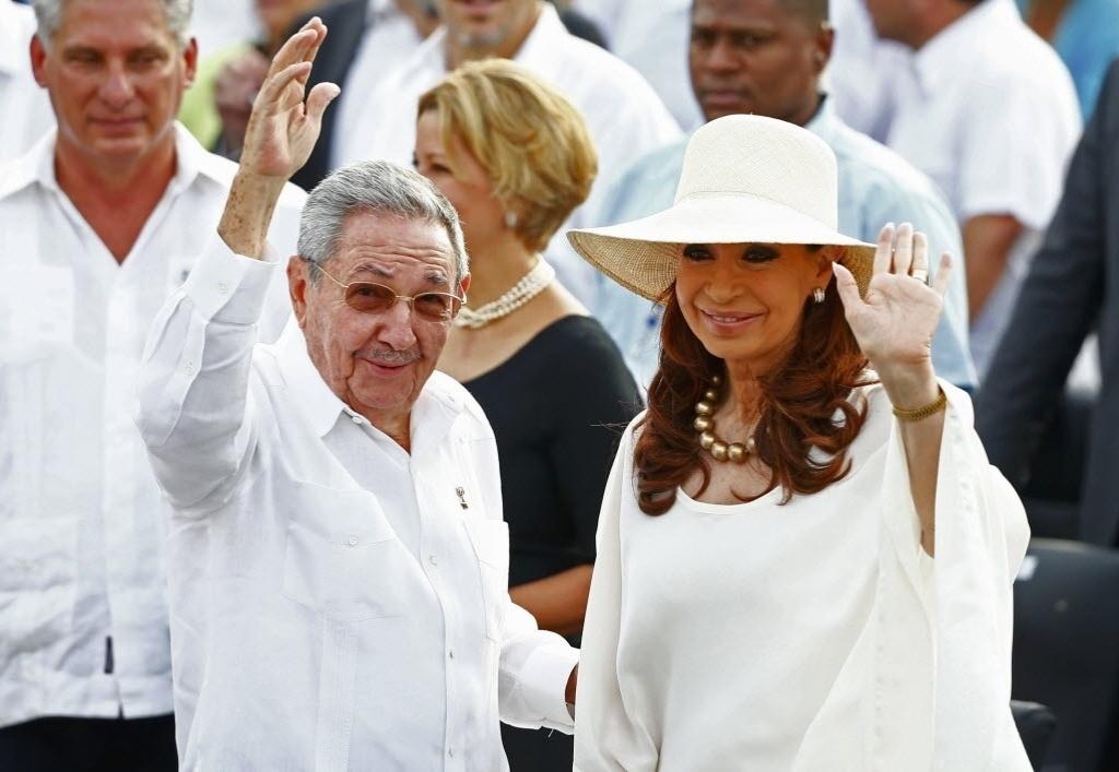 20.set.2015 - A presidente da Argentina, Christina Kirchner, e o presidente cubano, Raúl Castro, acenam para o público na chegada à Praça da Revolução, em Havana. Os dois vão acompanhar a primeira missa do papa Francisco em sua visita a Cuba, na manhã deste domingo