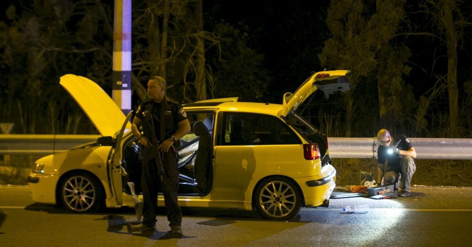 11.out.2015 - Policiais vistoriam carro usado por árabe-israelense para atacar quatro israelenses em Gan Shmuel, próximo a Hadera (Israel)