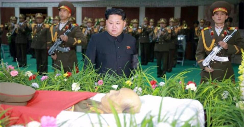 """9.nov.2015 - Em imagem divulgada pelo jornal oficial do partido do governo da Coreia do Norte, """"Rodong Sinmun"""", Kim Jong-un participa do funeral de Ri Ul-sol, marechal do Exército norte-coreano, neste domingo (8), em Pyongyang. O líder máximo do país prestou suas condolências ao oficial considerado um ícone militar da Coreia do Norte, morto por conta de um câncer de pulmão, aos 94 anos"""