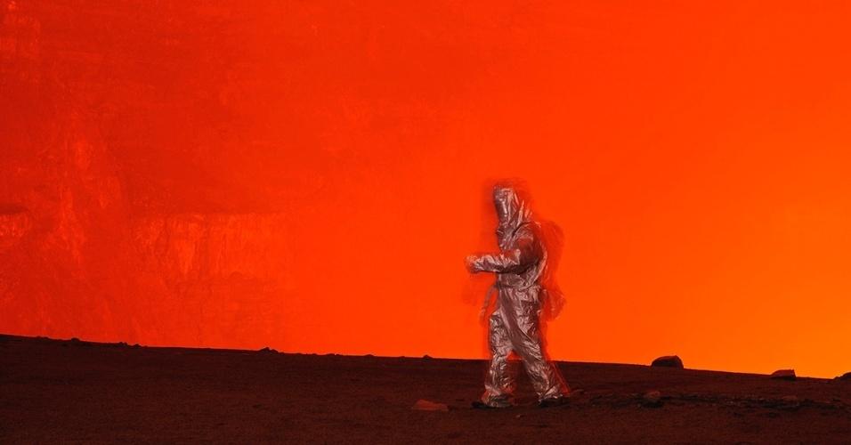 19.nov.2015 - Um homem testa uma roupa térmica perto do monte Nyiragongo, na República Democrática do Congo. Décadas de atividade interna impediram a erupção do vulcão, que é cercado por um lago de lava. Rocha derretida que escorreu do Nyiragongo até sua base, na cidade de Goma, destruiu casas e forçou moradores a fugirem, mas os cientistas creem que a maior erupção ainda está por vir