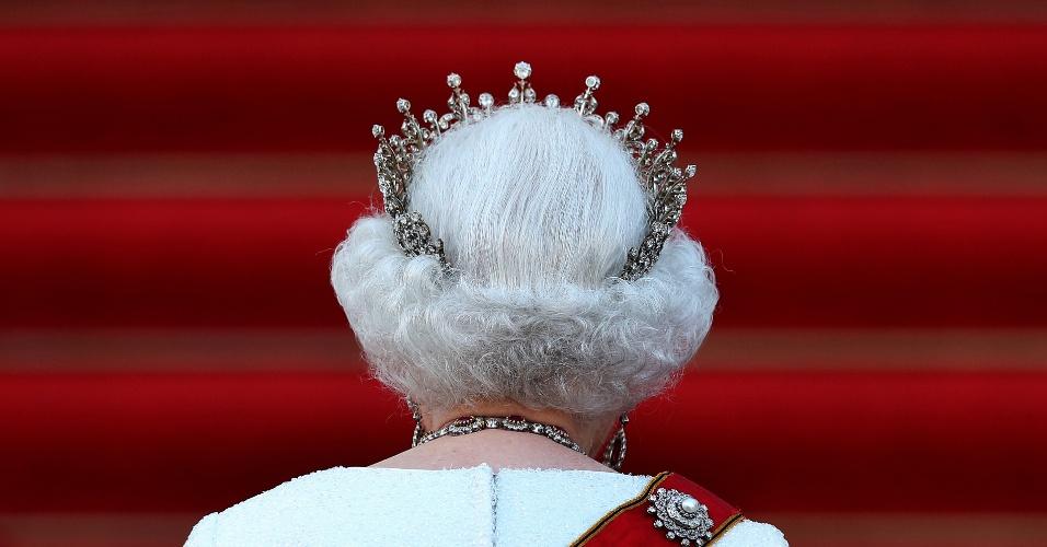 24.jun.2015 - Rainha Elizabeth II chega para recepção e banquete de Estado com o presidente alemão Joachim Gauck no palácio presidencial Bellevue em Berlim, na Alemanha