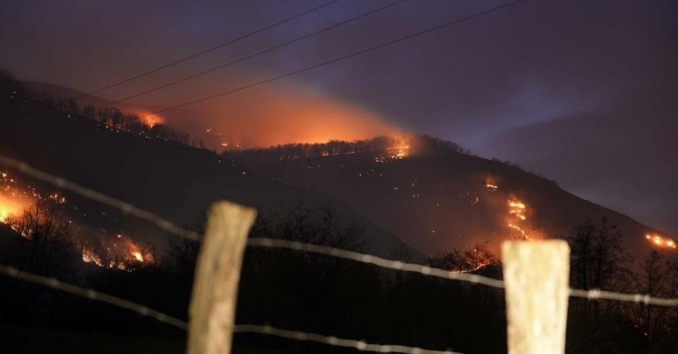 28.dez.2015 - Incêndio se espalha pela floresta próxima à aldeia de Barcena Mayor, na Cantábria, Espanha