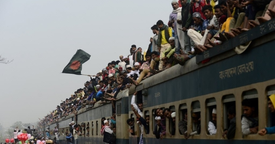 10.JAN.2016 - Muçulmanos bengaleses viajam sobre o teto de vagões de trem lotado ao deixarem Tongi, cidade a 30 km de Dacca, capital de Banglades. No local, foram realizadas as festividades da Biswa Ijtema, o segundo maior encontro de muçulmanos do mundo. Os religiosos fizeram as últimas orações às margens do rio Turag