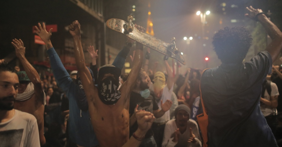 14.jan.2016 - Manifestantes protestam o aumento da tarifa do transporte público na avenida Paulista, centro de São Paulo, próximo ao Masp. No último sábado (9), as tarifas de ônibus, metrô e trem subiram de R $ 3,50 para R$ 3,80, um aumento de 8,6%