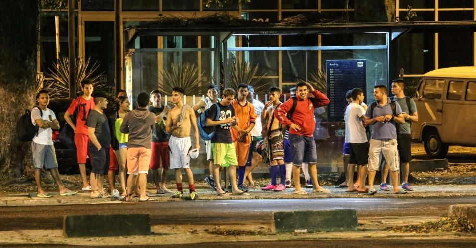 22.jan.2016 - Com o fim dos jogos, peladeiros aguardam ônibus para voltar para casa, na Praia do Flamengo, zona sul do Rio de Janeiro